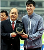 5月份肖天曾為劉翔頒發中國田徑杰出貢獻獎杯