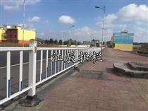 江辰PVC護欄全面采用優質內外熱鍍鋅鋼襯 嚴防腐蝕...