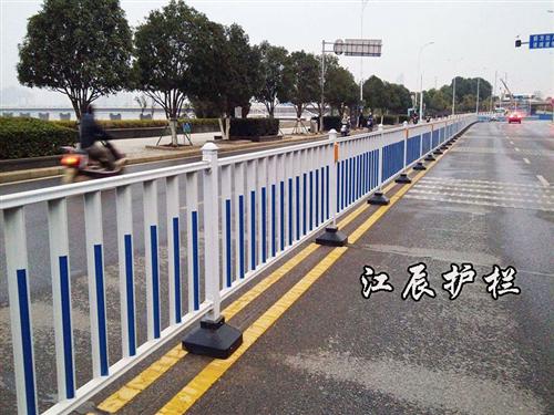 交通护栏保护我们,我们也要保护护栏