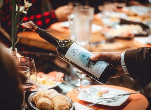 葡萄酒礼仪:如何正确地倒一杯葡萄酒