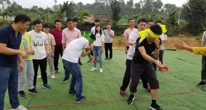 深圳光明乐湖生态园游客在团队游戏