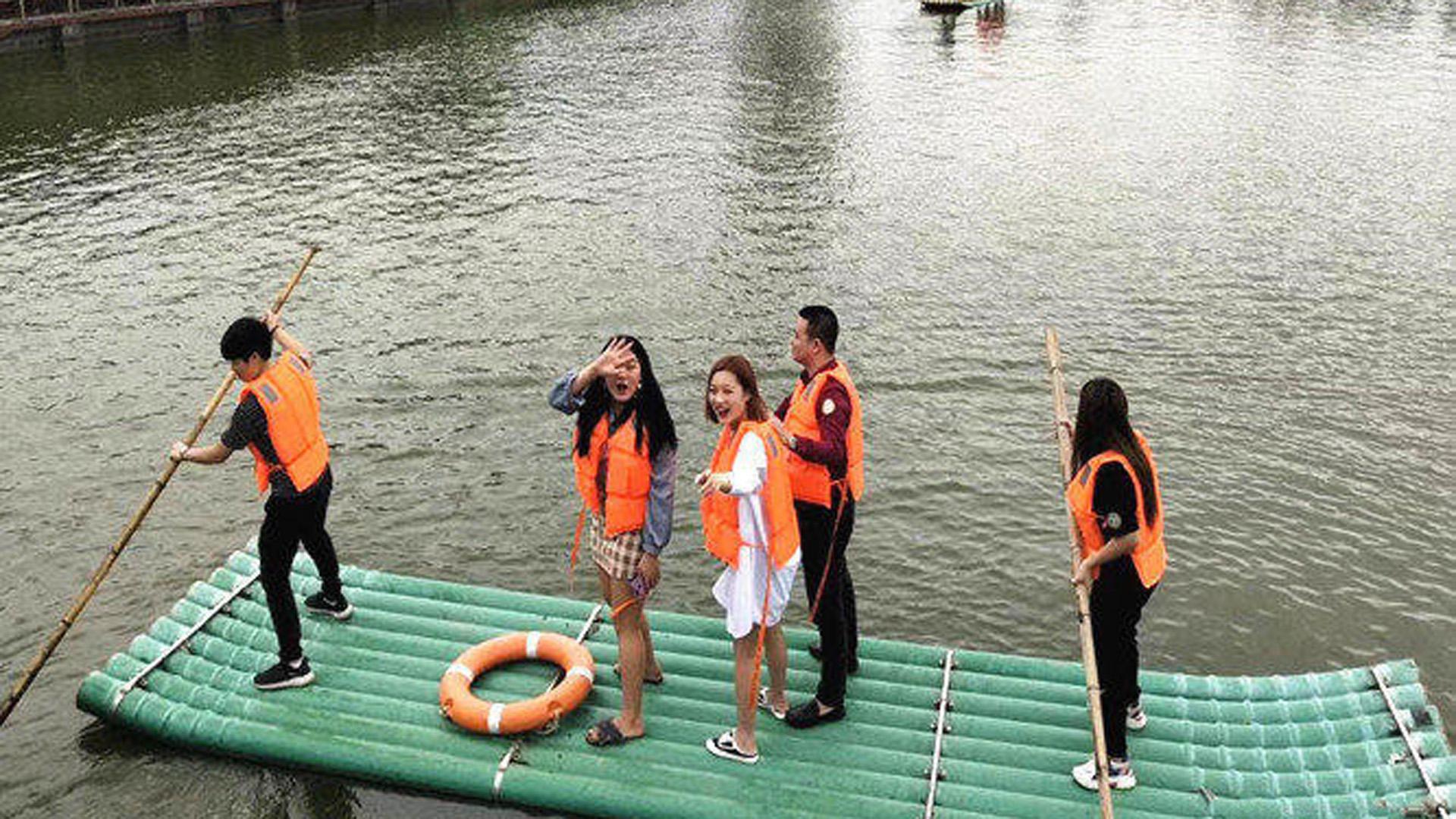 我们在深圳农家乐乐湖生态园体验竹筏