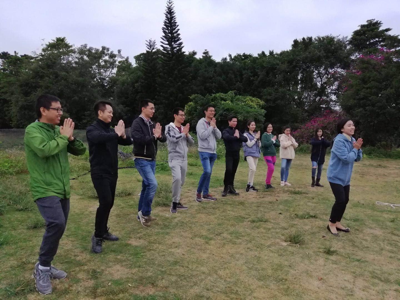 某公司小组在绿野生态园展示队伍风采