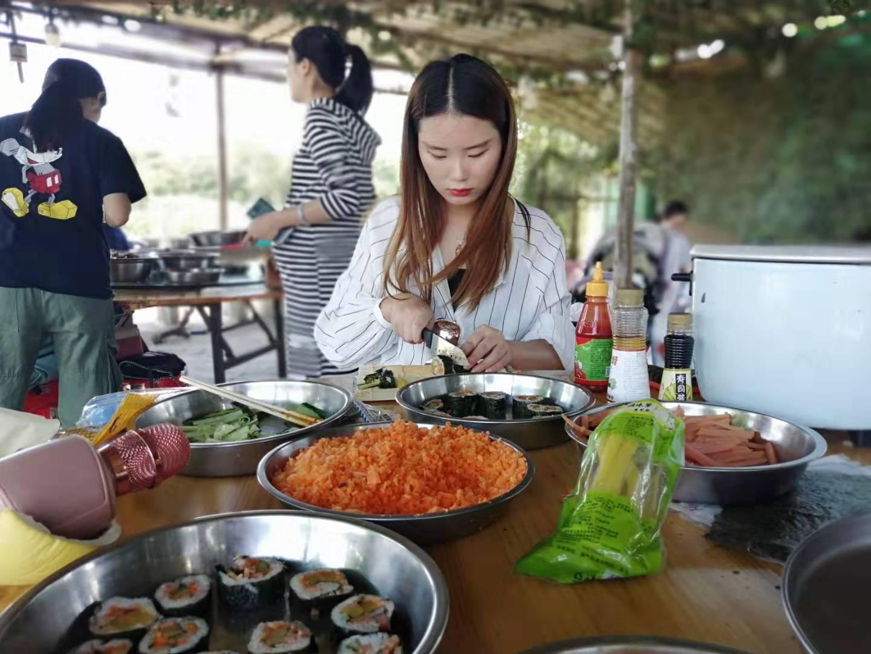 松山湖华为小伙伴在绿野生态园制作寿司
