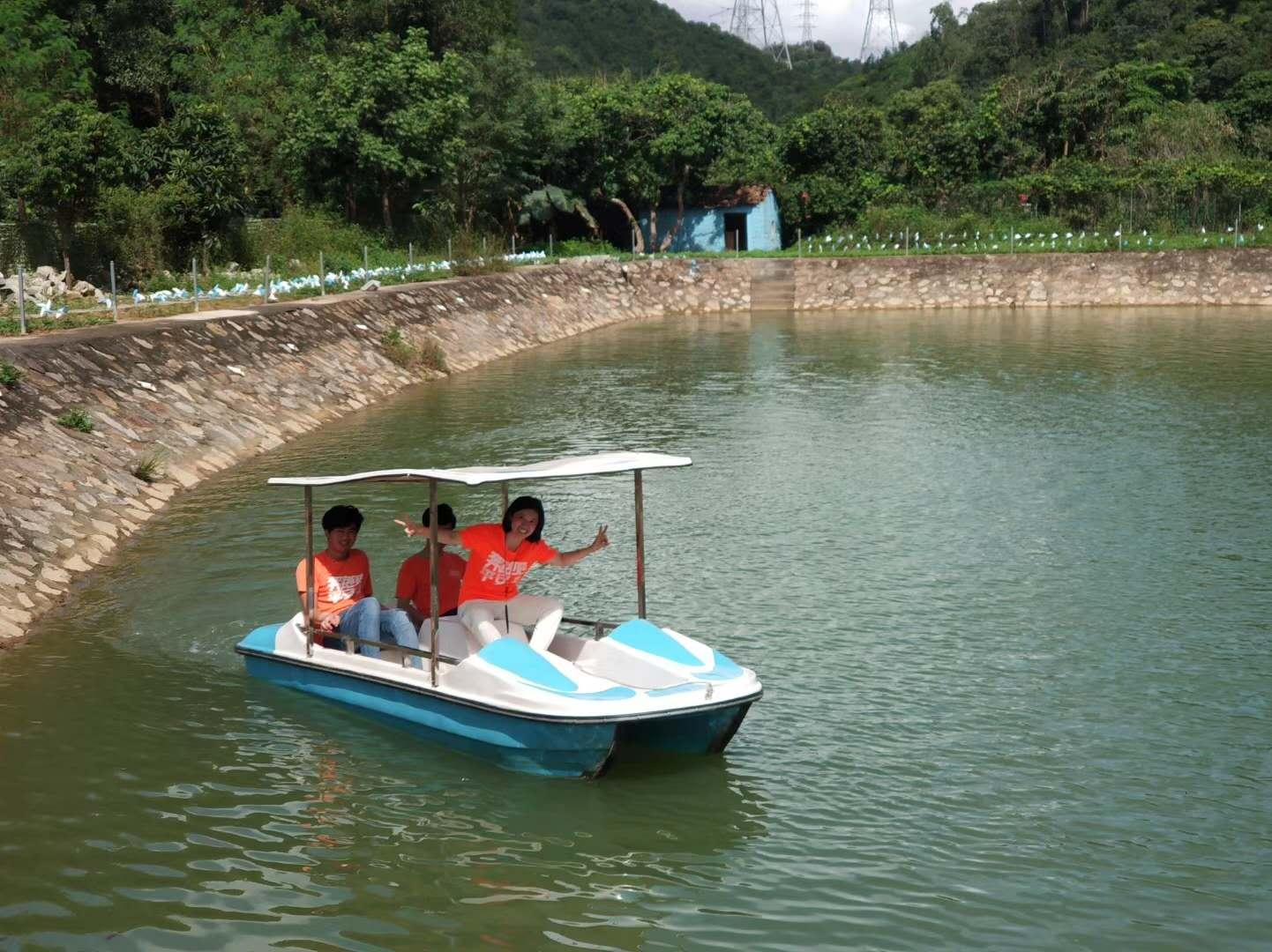 图为顾客在深圳农家乐乐湖生态园划船