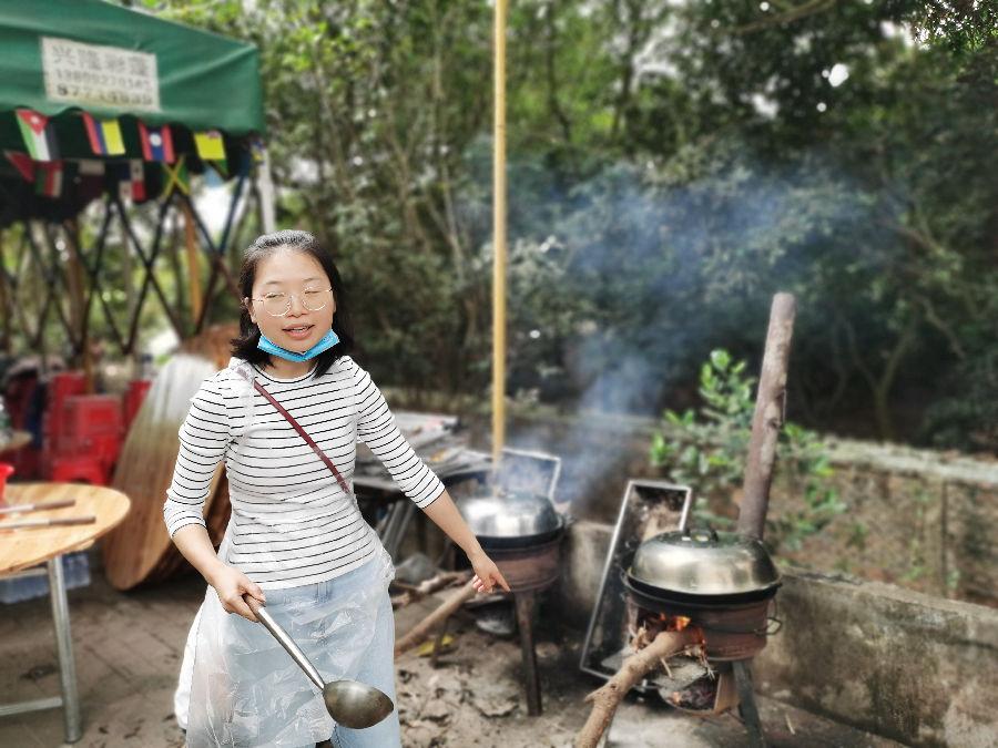 某公司在乐水山庄野炊柴火烧饭