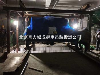 人工搬運機組空調設備到地下室就位