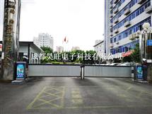 四川成都小区广告停车道闸搭配广告门安装