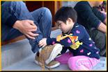 我给爸爸(妈妈)穿鞋子-适合班级亲子游活动的游玩项目