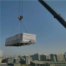 屋頂吊裝空調設備人工搬運就位附近
