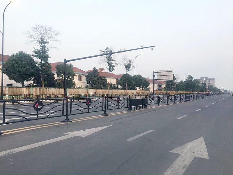 道路边缘隔离护栏